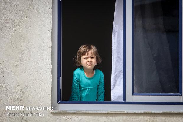 نگاه آیناز به تنهایی آصف در بین  بازی کودکان روستا