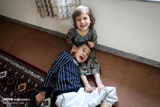 Kardeşine annelik yapan minik kız