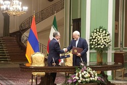 Iran, Armenia sign 2 MoUs on economic coop.