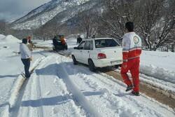 رهاسازی ۱۲ خودرو گرفتار در برف و کولاک پلدختر