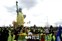 VIDEO: French protesters put yellow vest on Colmar Statue of Liberty