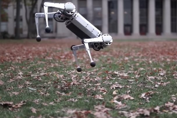 ربات چهارپایی که پشتک می زند