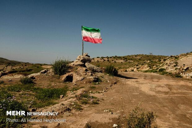 پرچم جمهوری اسلامی ایران در نزدیکی چاه شماره 14 زیلائی در منطقه خاک سرخ در شهرستان لالی نصب شده است.