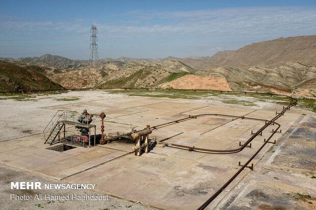 نمائی از تاسیسات چاه نفت شماره 14 زیلائی واقع در حومه شهرستان لالی.