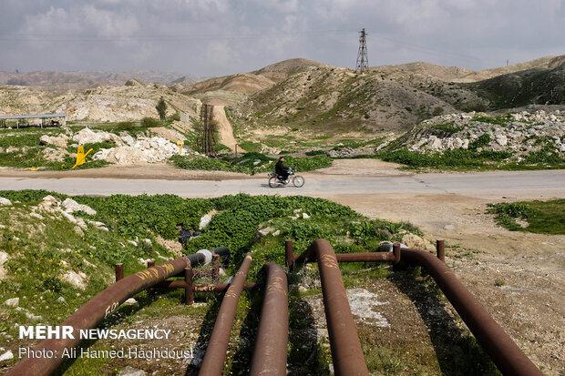 خطوط لوله های انتقال نفت و گاز در خارج از شهر مسجد سلیمان.