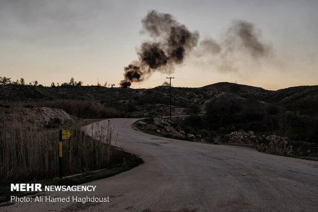 نمایی از چاه گاز ترش ژوراسیک 315 در حومه شهر مسجد سلیمان که دود سیاهی پس از خاموش شدن آن به هوا متصاعد می شود. نشت گاز ترش و استنشاق آن توسط جانداران خصوصا انسان سبب حمله گاز اسیدی H2S به مخاط بینی شده و در زمان بسیار کوتاهی کارایی یاخته های مخاط بینی را کاهش می دهد و در نتیجه حس بویایی را از کار می اندازد و در غلظت زیاد سبب مرگ می شود.
