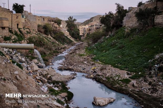 فاظلاب یکی از محلات مسجد سلیمان درون رودخانه ای که از میان شهر می گذرد تخلیه می شود. دفع آب های سطحی و نداشتن سیستم استاندارد فاضلاب یکی از مشکلات مهم شهر مسجد سلیمان می باشد.