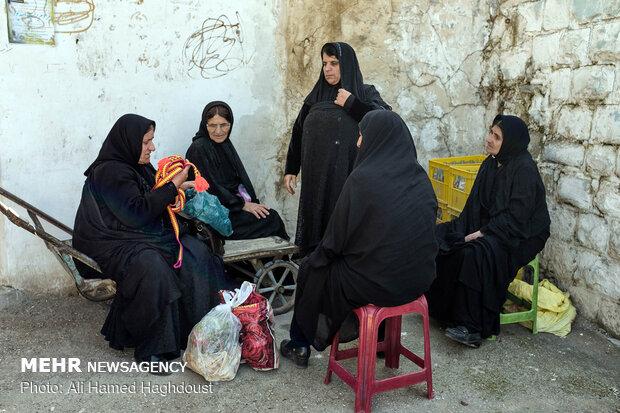 زنان بختیاری از منطقه اندیکا در ایستگاه ماشین های منطقه خود در شهر مسجد سلیمان به انتظار نشسته اند.