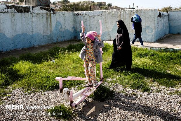 زینب نجات جلیلی 7 ساله در حال بازی با وسایل ورزشی در پارک محله کلگه در شهر مسجد سلیمان است.