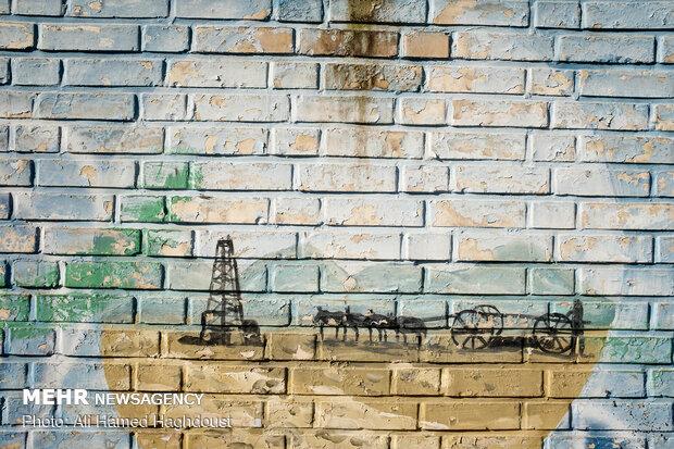 تصویر رنگ و رو رفته چاه شماره یک نفت و دکل استخراج آن بر روی دیواری در محله کمپ کرسنت شهر مسجد سلیمان نقاشی شده است. تصاویر اولین چاه نفت، تاسیسات و پالایشگاه و نیروگاه برق و سایر اولین ها که درگذشته بر دیوارهای مناطق مختلف شهر مسجد سلیمان نقاشی شده به صورت رنگ و رو رفته دیده می شوند.