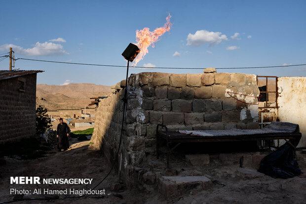 کاظم سلطانی در حال عبور از کوچه ای در روستای نفت سفید می باشد. یکی از نشانه های این روستا مشعل های برافروخته ایست که شبانه روز در آن روشن است.
