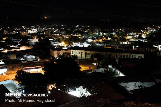 نمایی از شهر مسجد سلیمان در شب که از محله کلگه دیده می شود.