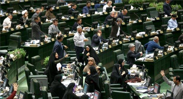 البرلمان الإيراني يرفض مقترح حول إمكانية عزل النواب