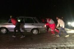 اعزام ۲ تیم به محورهای برفگیر شهمیرزاد/ ۲۷۹ نفر امدادرسانی شدند