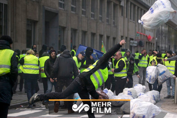 VIDEO: Police clash with Yellow Vest protesters headed to EU parliament