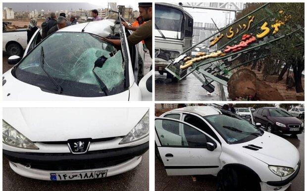 سقوط تابلوی ورودی یک شهرک بر روی خودرو/ ۴ نفر مصدوم شدند
