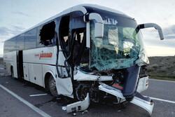 برخورد اتوبوس با تریلی در قم/ ۱۶ نفر مصدوم شدند