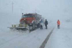 بارش برف محورهای شهمیرزاد را مسدود کرد/ تلاش برای بازگشایی مسیر