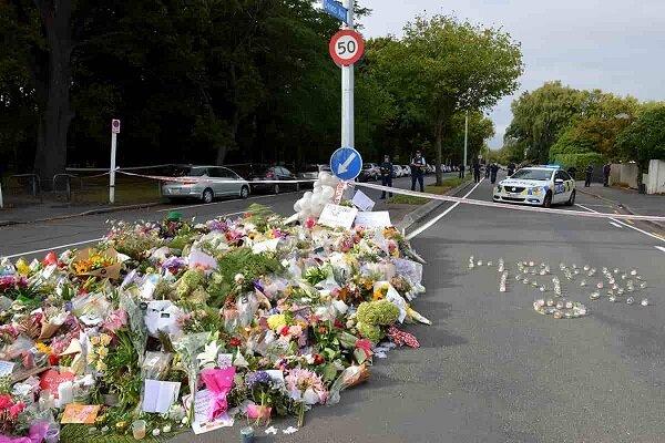Yeni Zelanda halkı camilere çiçek bıraktı