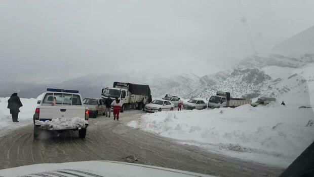 بارش برف در برخی راه های کشور/ ترافیک در جاده چالوس