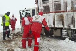 امدادرسانی به ۳۰ خودروی گرفتار در برف در گردنه گاماسیاب نهاوند