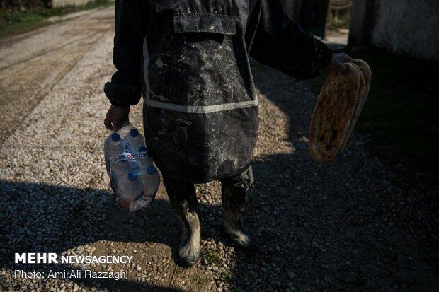 توزیع آبمعدنی و نان به سیلزدگان حسن آباد