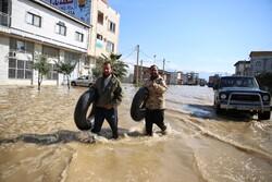 امداد رسانی یگان های ویژه ناجا به سیل زدگان/ استقرار اکیپ هایی برای تامین امنیت محلهها