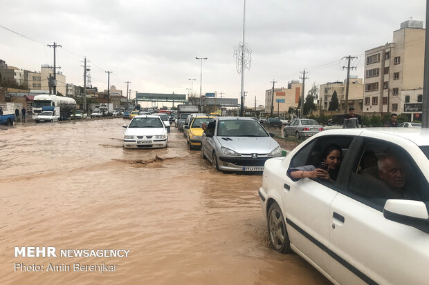 """مياه جارفة تجتاح مدينة """"شيراز"""" وسط إيران ومصرع عدد من المواطنين"""