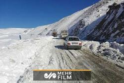 برف خودروها را در گردنه تهم _ چورزق زنجان زمینگیر کرد