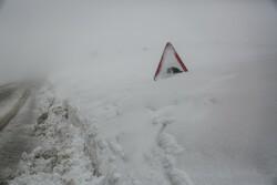 برف و کولاک شدید ۲ محور مواصلاتی زنجان را مسدود کرد
