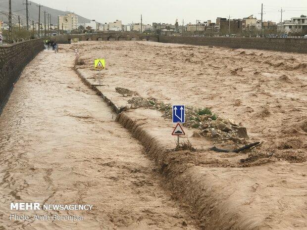 محله سعدی شیراز همچنان در محاصره آب است/ مردم به کمک بیایند