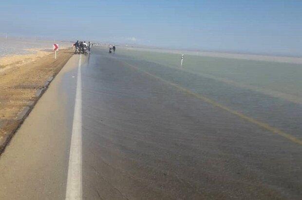 مسیر ساحلی بوشهر-گناوه مسدود است/ مردم وارد جاده ساحلی نشوند