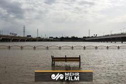 Ahvaz kentinde sahil yolu sular altında kaldı