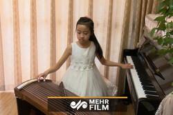 دختر چینی که دو ساز را همزمان مینوازد