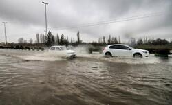 آبگرفتگی معابر شهر زنجان پس از بارش چند دقیقه ای باران