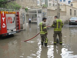 اعزام ۳۳ آتش نشان به مناطق سیل زده استان خوزستان