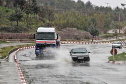 بارش باران جاده های زنجان را لغزنده کرده است