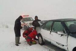 بارش برف در محورهای مواصلاتی همدان/ امدادرسانی به مسافران