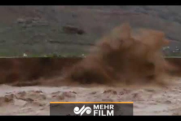 خرم آباد میں گاڑی دریا میں گرنے سے بال بال بچ گئی
