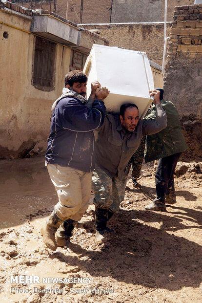 کمک نیروهای بسیجی به سیل زدگان خرم آباد