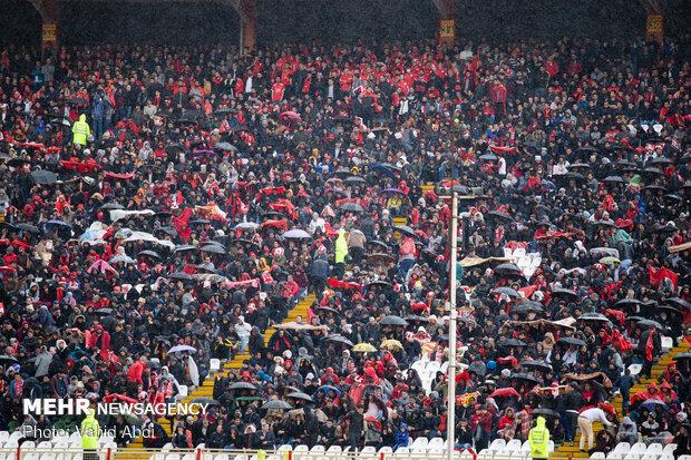 درگیری هواداران تبریزی با شجاعی/هواداران ورزشگاه را ترک نمی کنند