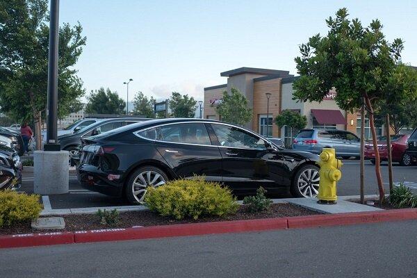 خودروهای تسلا از پارکینگ به پیشواز راننده می آیند