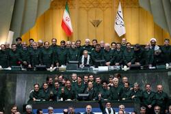 النواب يرتدون البدلة الخضراء تضامنا مع الحرس الثوري / صور