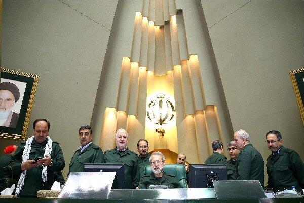 Askeri üniforma giyen milletvekilerinden Devrim Muhafızları'na destek