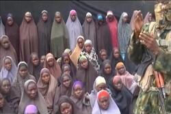 """ركوع دبلوماسي ايراني امام الطفلة الافريقية """"فاطمة بانو"""" / فيديو"""