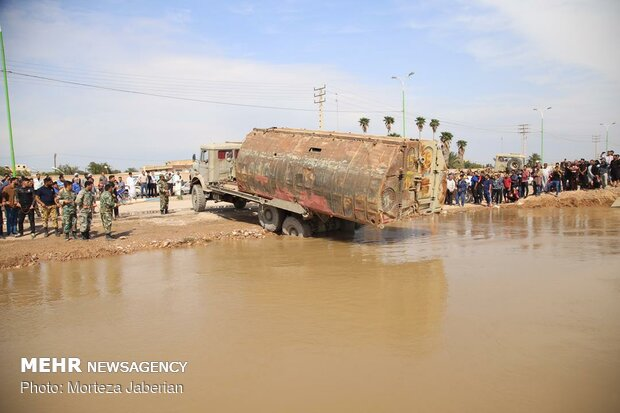 """انشاء جسر عوام للتواصل في مقاطعة """"كارون"""" المحاصرة بالمياه"""