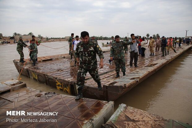 VIDEO: Army builds pontoon bridge in flood-hit SW Iran