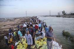 اہواز کے علاقہ عین دو میں سیلاب کے پانی کو روکنے کے لئے شب و روز تلاش جاری