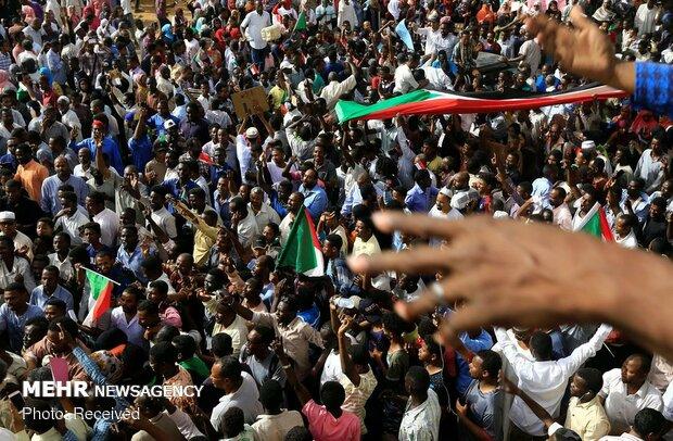رئيس المجلس العسكري: سأتنحى فورا إذا طلب السودانيون