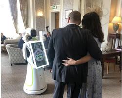 این ربات در مجالس عروسی عکاسی می کند!